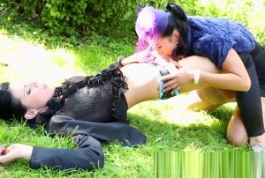 Glam lesbo gets oral